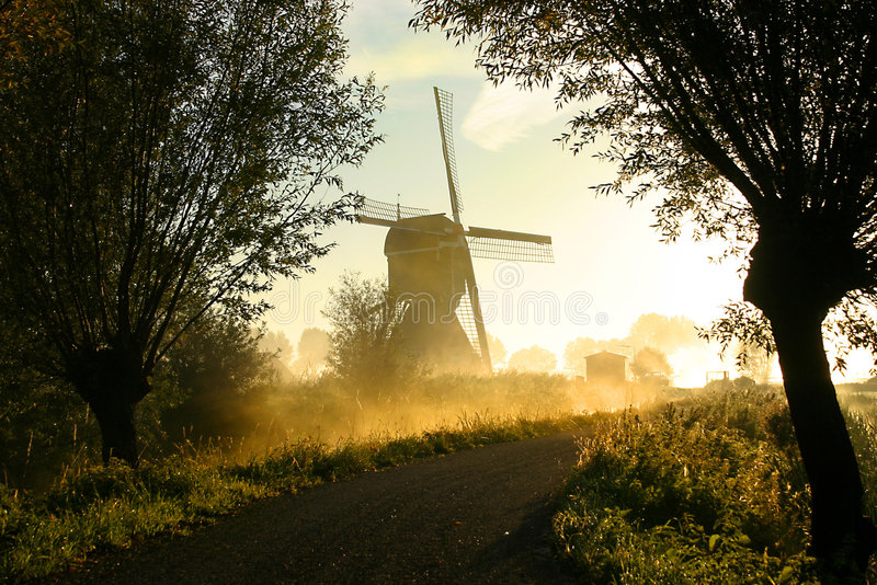 Windmolen in mist royalty-vrije stock foto