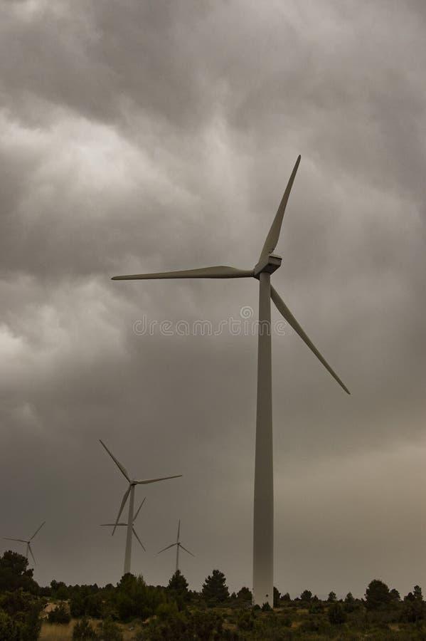 Windmolen onder een donkere hemel royalty-vrije stock foto