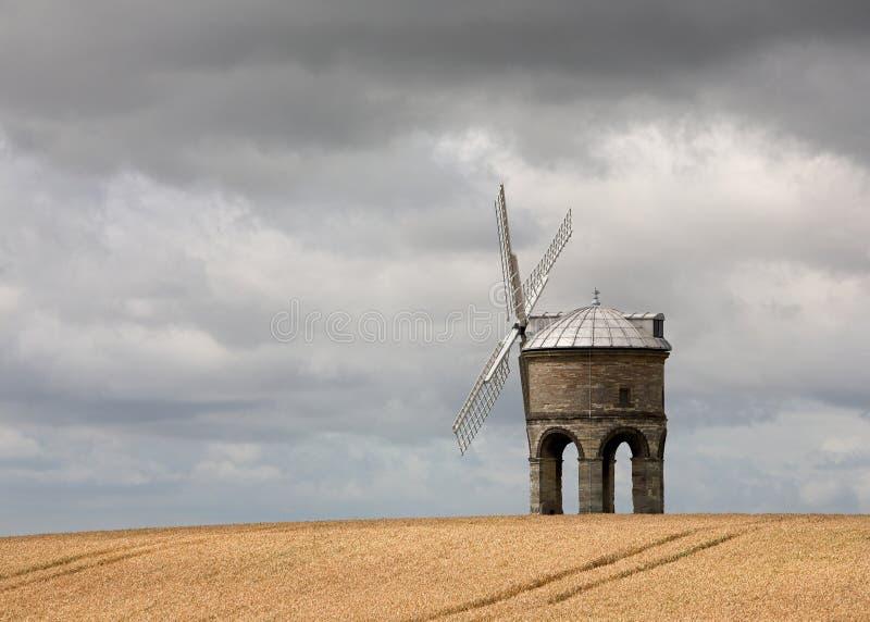 Windmolen op een Gebied van de Tarwe stock afbeelding