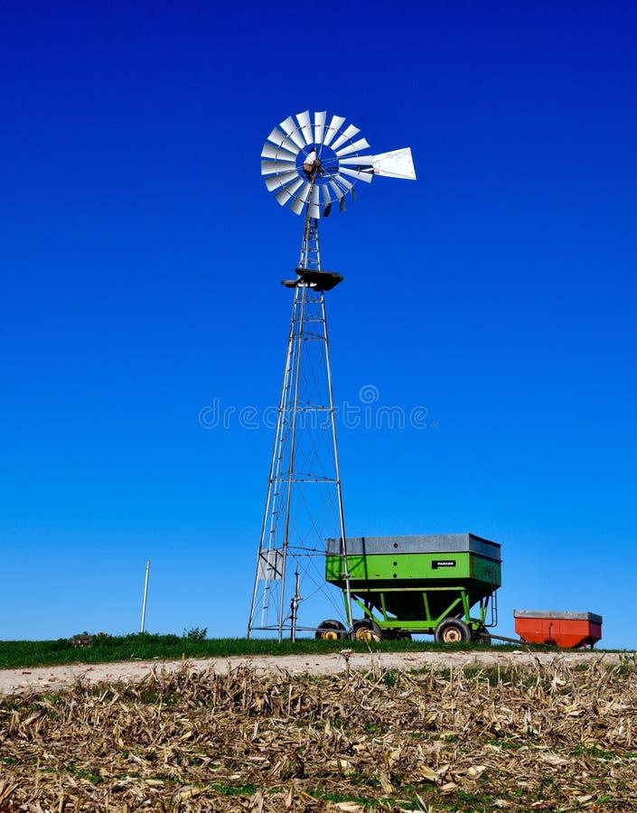Windmolen op een Graangebied royalty-vrije stock afbeeldingen