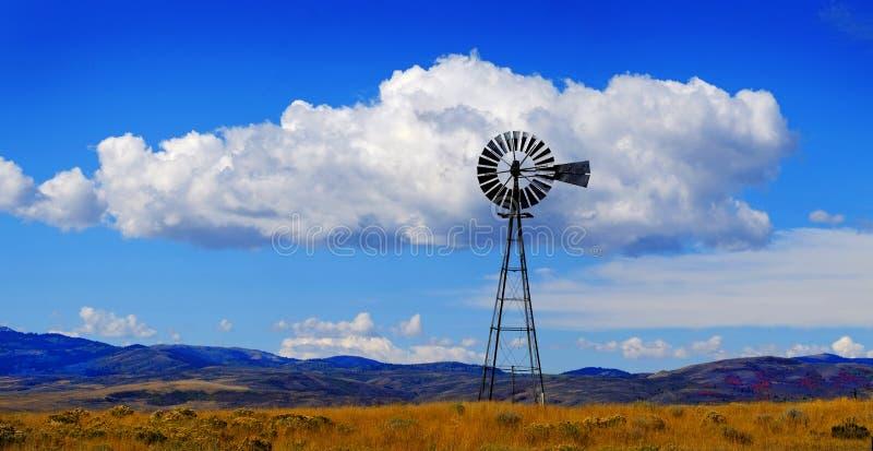 Windmolen op Helling in Platteland Landelijk Amerika met Hemel en C royalty-vrije stock foto