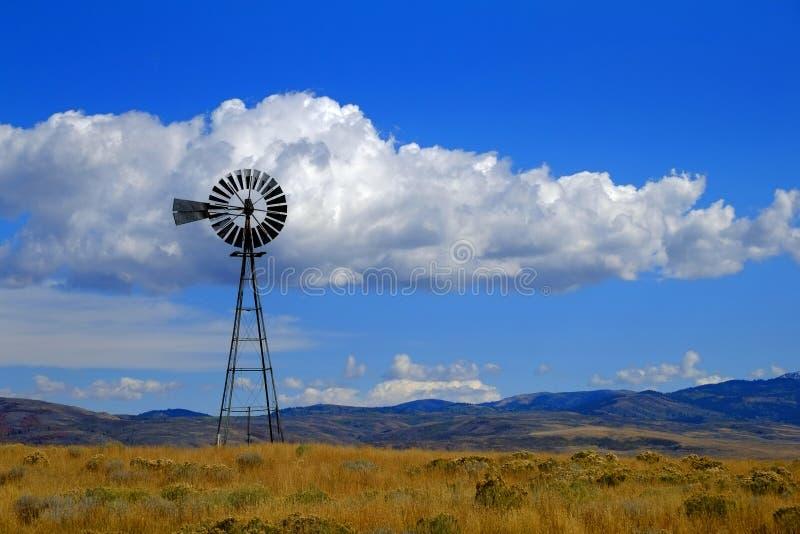 Windmolen op Helling in Platteland Landelijk Amerika met Hemel en C royalty-vrije stock afbeeldingen