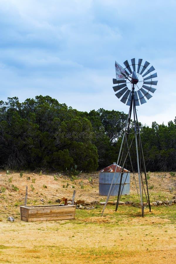 Windmolen op Willow City Loop Road, Texas stock foto