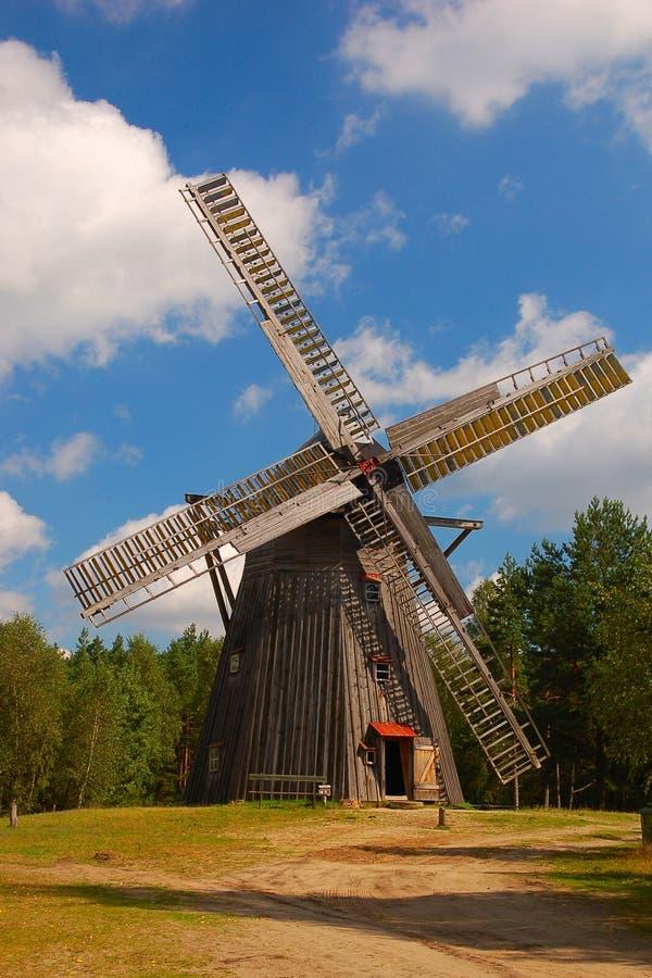 Windmolen in poetsmiddelplatteland royalty-vrije stock afbeeldingen
