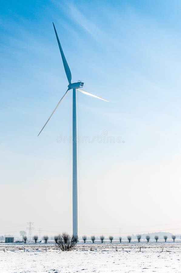 Download Windmolen In Sneeuwlandschap Stock Afbeelding - Afbeelding bestaande uit gebied, metaal: 29500289
