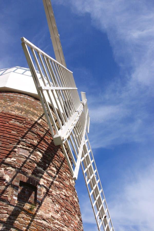 Windmolen tegen blauwe hemel royalty-vrije stock afbeeldingen