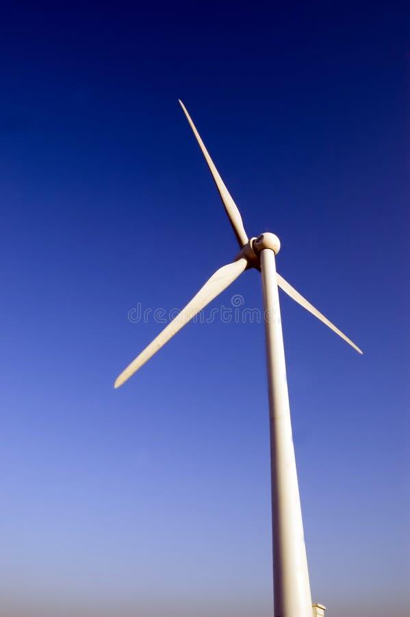 Windmolen tegen blauwe hemel stock afbeeldingen