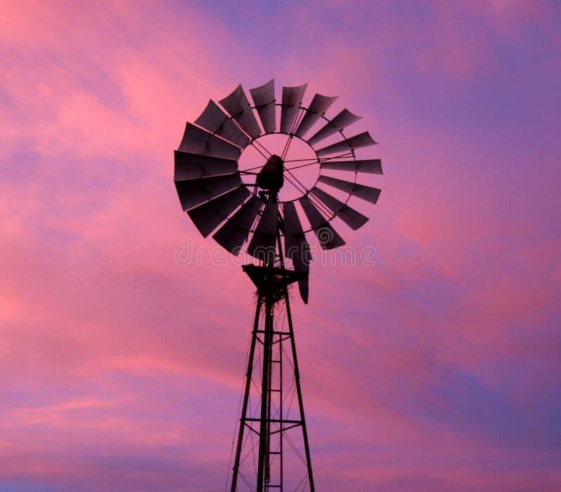 Windmolen tegen dramatische hemel royalty-vrije stock foto