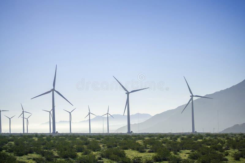 Windmolen zonne-energie met gras en bergen royalty-vrije stock afbeelding