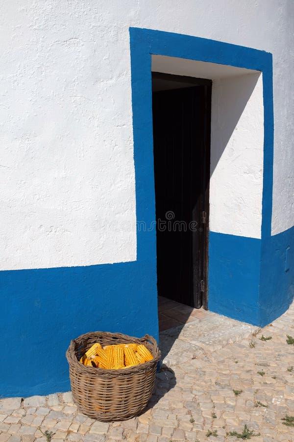 Windmolendeur en Graanmand stock fotografie
