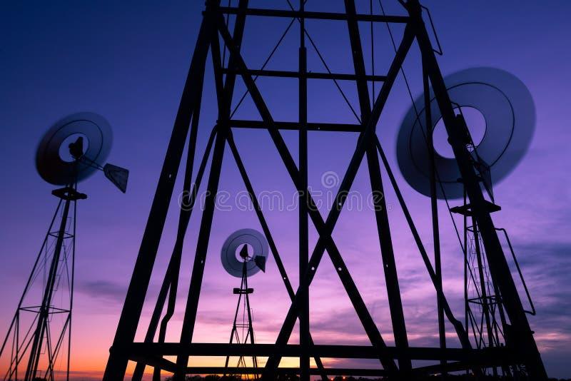Windmolens bij Schemer stock afbeeldingen