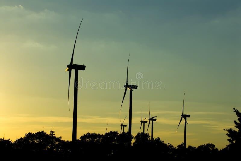 Windmolens bij schemer royalty-vrije stock foto's