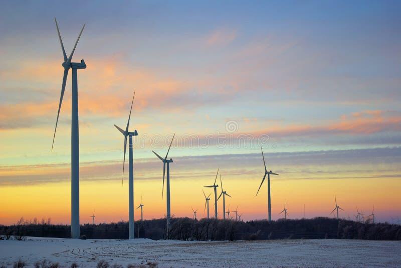 Windmolens bij schemer royalty-vrije stock afbeeldingen