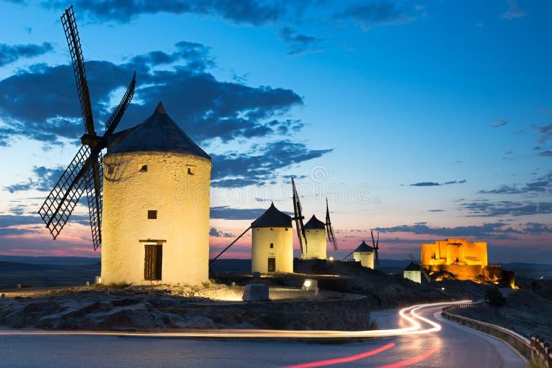Windmolens bij schemer, Consuegra, Castilla-La Mancha, Spanje stock fotografie
