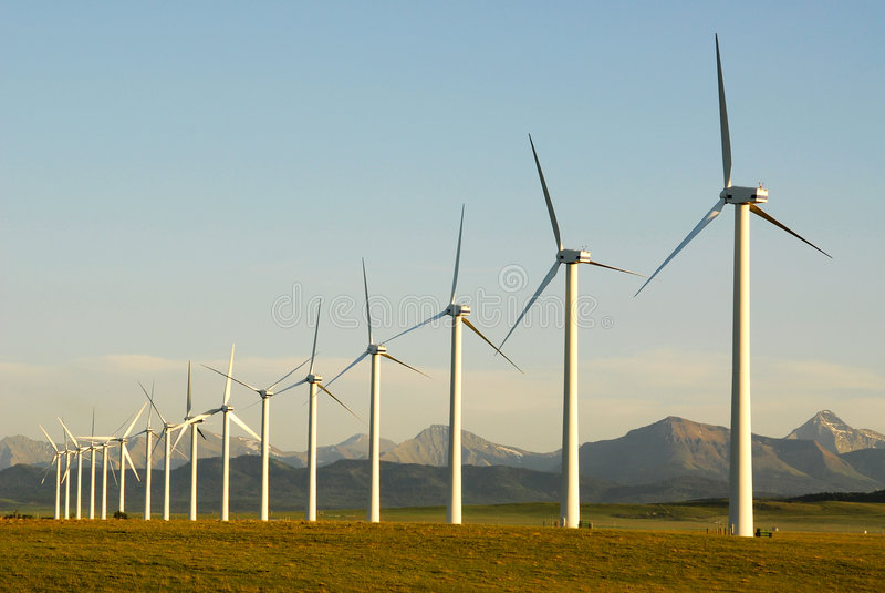 Windmolens bij zonsondergang royalty-vrije stock foto