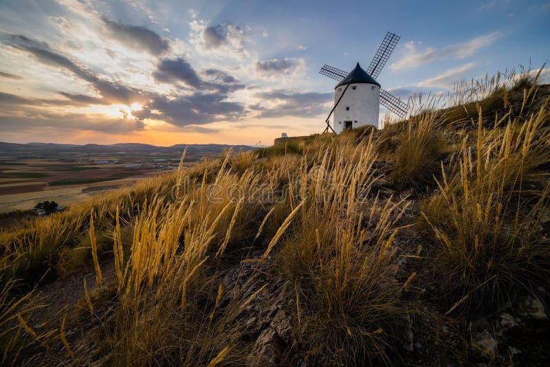 Windmolens bij zonsondergang in Consuegra, Castilla-La Mancha, Spanje stock fotografie