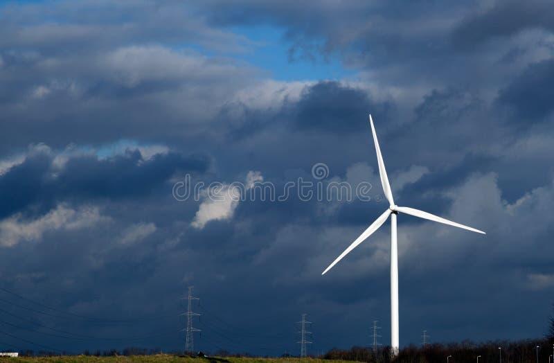 Windmolens bij zonsopgang stock afbeeldingen