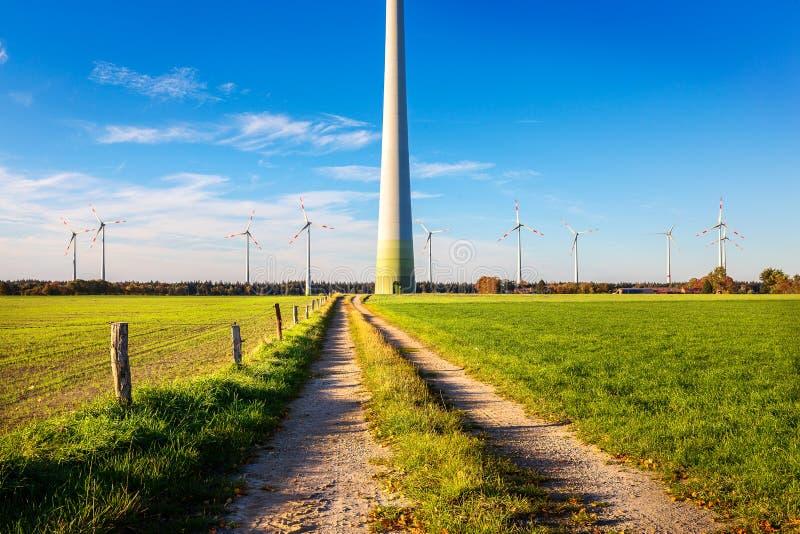Windmolens in de Neudorfer Moor royalty-vrije stock afbeelding