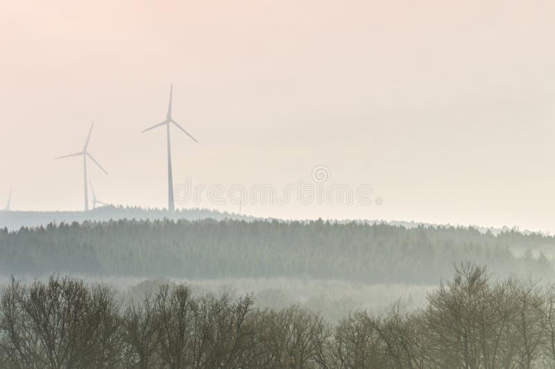 Windmolens die windenergie oogsten stock foto's