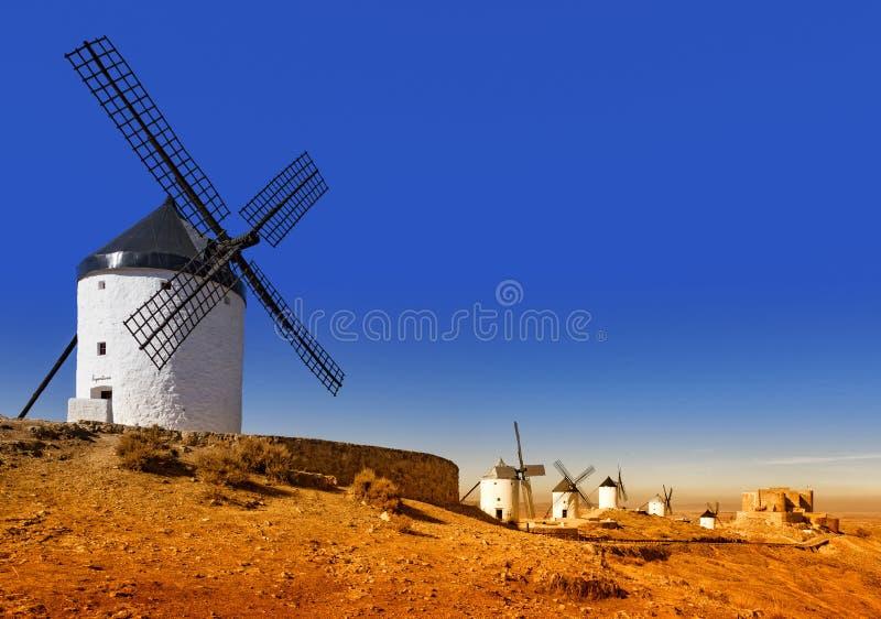 Windmolens een heuvel in het Spaanse platteland royalty-vrije stock afbeeldingen