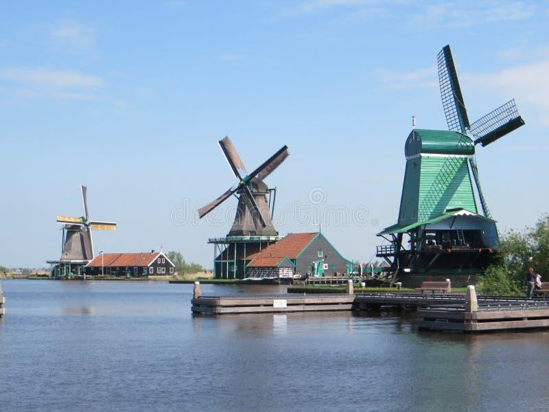 Windmolens in een zonnige dag royalty-vrije stock afbeelding