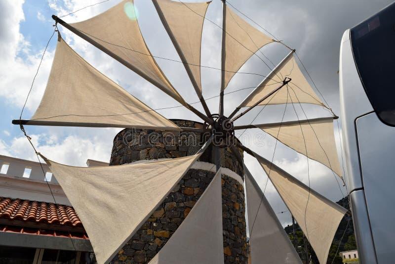 Windmolens in Lassithi-Plateau, Kreta, Griekenland royalty-vrije stock foto's