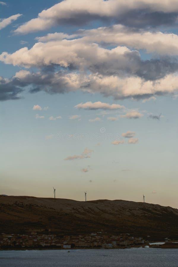 Windmolens op de heuvel stock foto