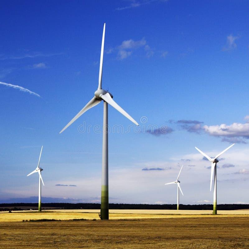 Windmolens voor energie stock afbeeldingen