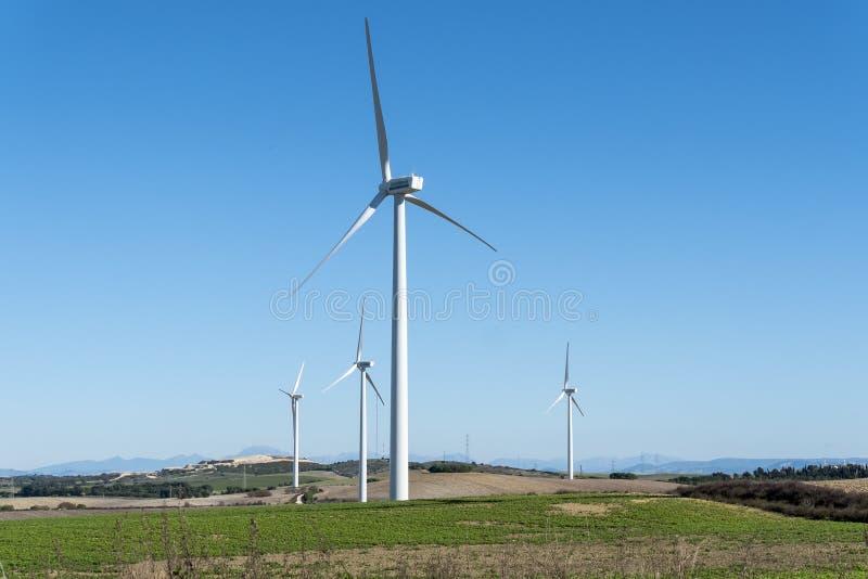 Windmolens voor stroomproductie, ecomacht, windturbine stock foto's