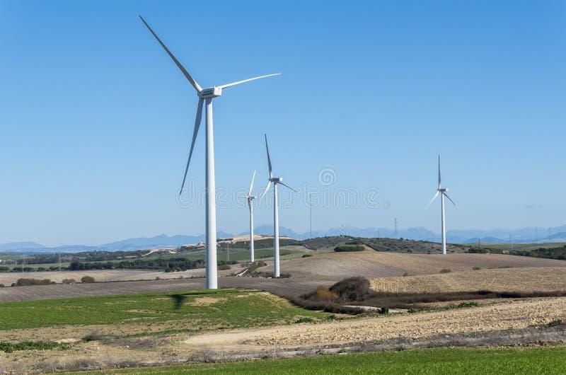 Windmolens voor stroomproductie, ecomacht, windturbine stock afbeeldingen