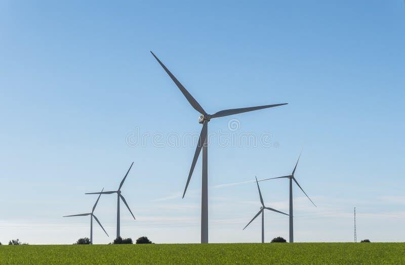 Windmolens voor stroomproductie, ecomacht, windturbine royalty-vrije stock afbeeldingen