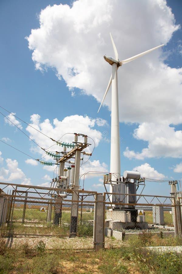 Windmolens in wind-landbouwbedrijf stock foto's