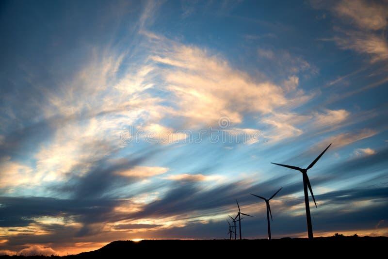 Windmolens in zonsondergang op Paul da Serra-vlakte, het eiland van Madera, Portugal royalty-vrije stock foto