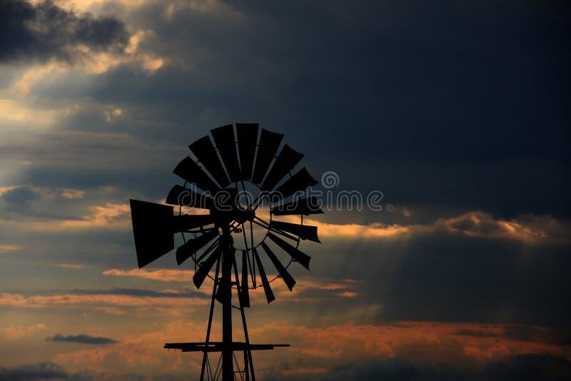 Windmolensilhouet op een landbouwbedrijf in de Vrije Staat royalty-vrije stock foto