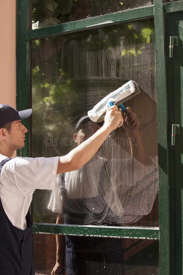 Free Window Cleaning Royalty Free Stock Photography - 32574337