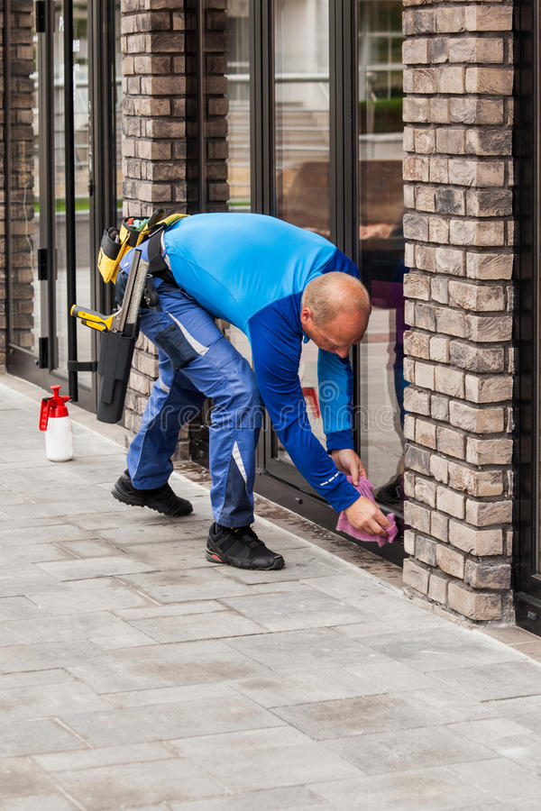 Free Window Washer Working At Building Outdoor Stock Photo - 91219410