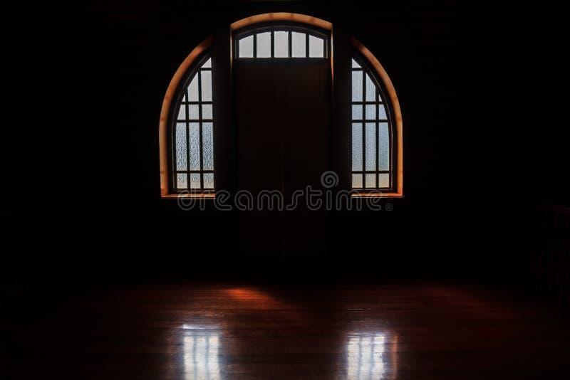 Windows光在黑暗屋子,黑暗的窗口背景 免版税库存图片