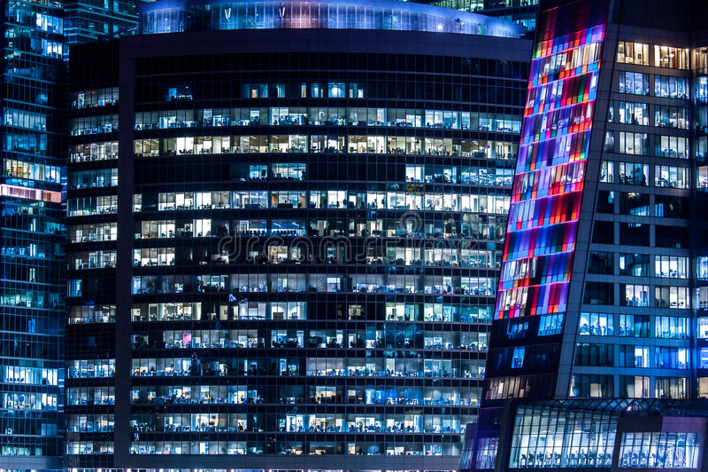 Windows办公楼和工作者 免版税库存图片