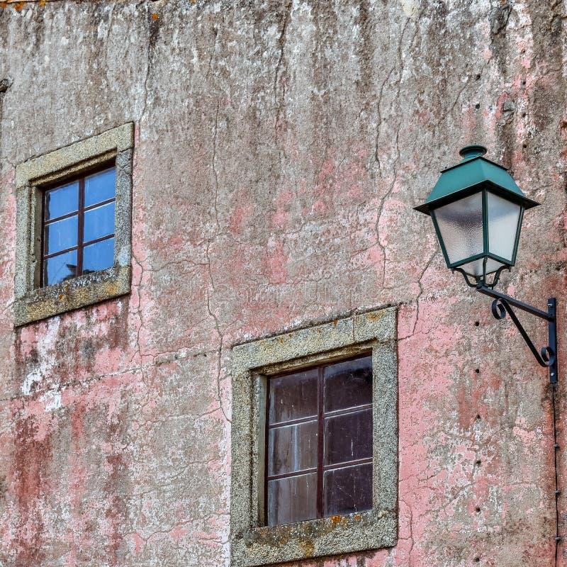 Windows和路灯柱在一个老门面 卡瓦略 图库摄影