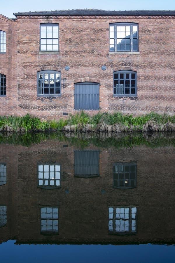 Windows和门在修造沿着伯明翰运河的老,工业,红砖一边 库存照片