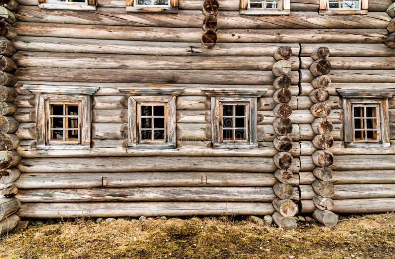 Windows在老木房子里 免版税库存图片