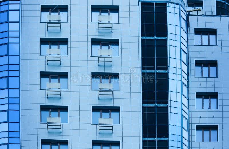 Windows多层修造的玻璃和钢办公室照明设备 库存图片