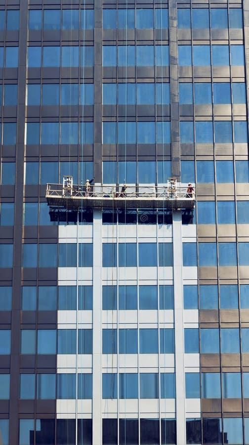 Windows高层建筑物的清洁服务 免版税库存照片