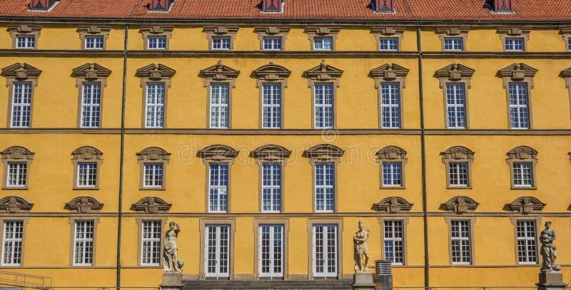 Windows в фасаде университета Оснабрюка стоковые изображения