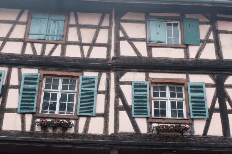 Windows в Kaysersberg типичная эльзасская деревня внутри стоковые изображения