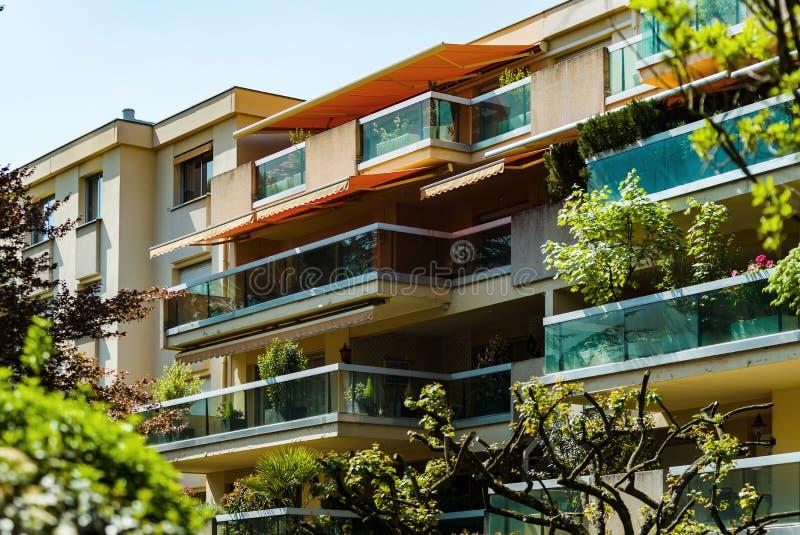 Windows и балкон, современный многоквартирный дом стоковые фотографии rf