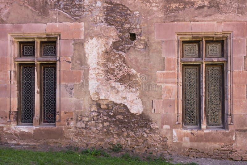Windows и кирпичная стена старого здания стоковые фото