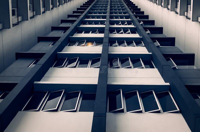 Windows и конфигурация пучка излучения от здания стоковое фото