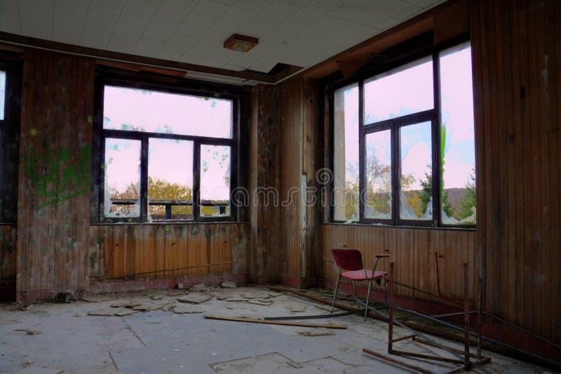 Windows и красный стул стоковая фотография