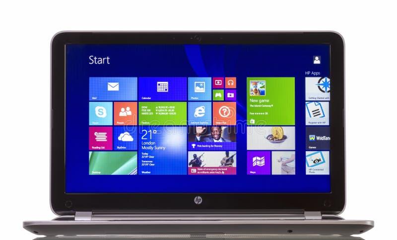 Windows 8 1 на павильоне Ultrabook HP стоковые фотографии rf